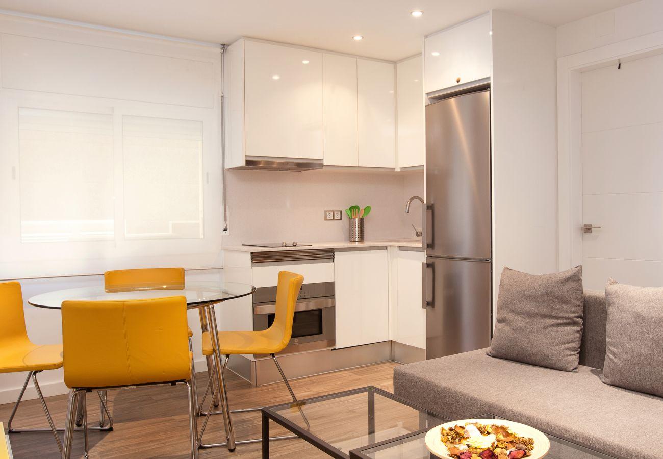 Séjour et cuisine d'un appartement de deux chambres à proximité de la Sagrada Familia et de l'hôpital La Pau