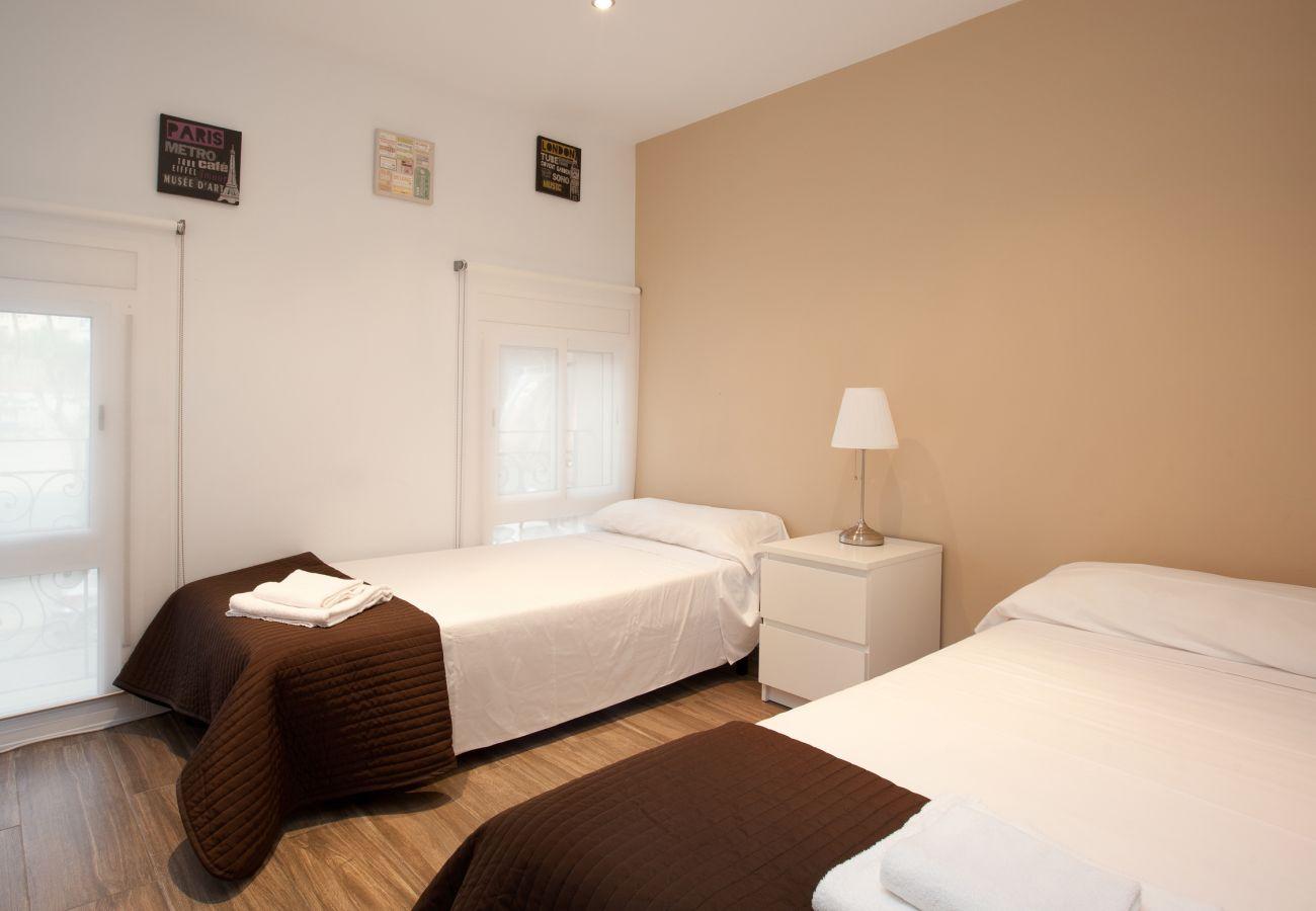 Chambre double avec lit double dans un appartement de 2 chambres à Barcelone près de la Sagrada Familia