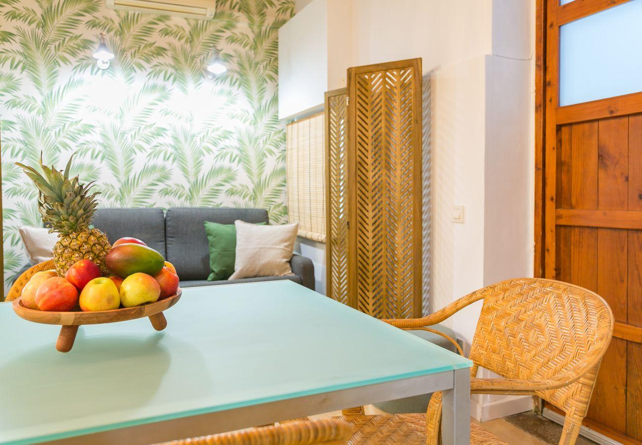 table à manger dans un appartement 1 chambre à 2 minutes de la plage de la Barceloneta