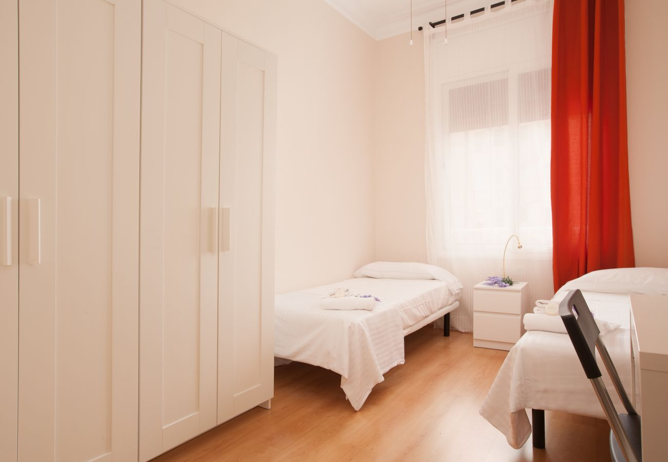chambre de l'appartement à Vallcarca avec vue sur la montagne