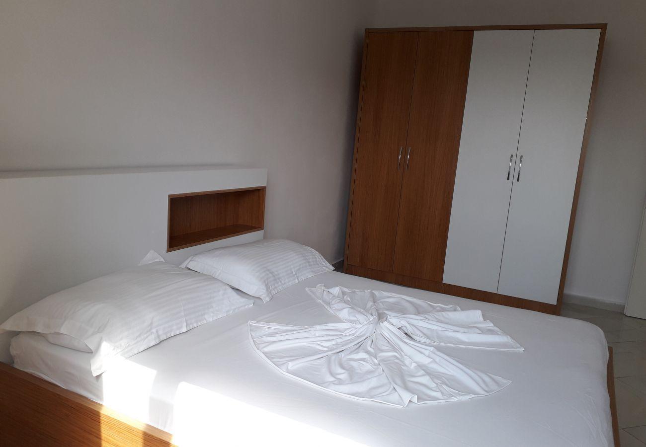 Chambre avec lit double et placard