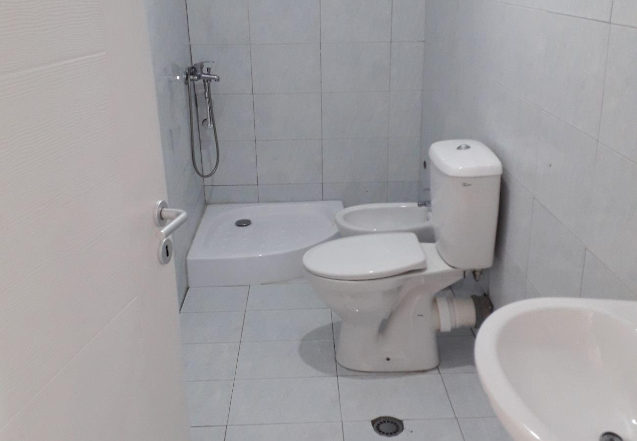 Salle de bain avec tout l'équipement nécessaire