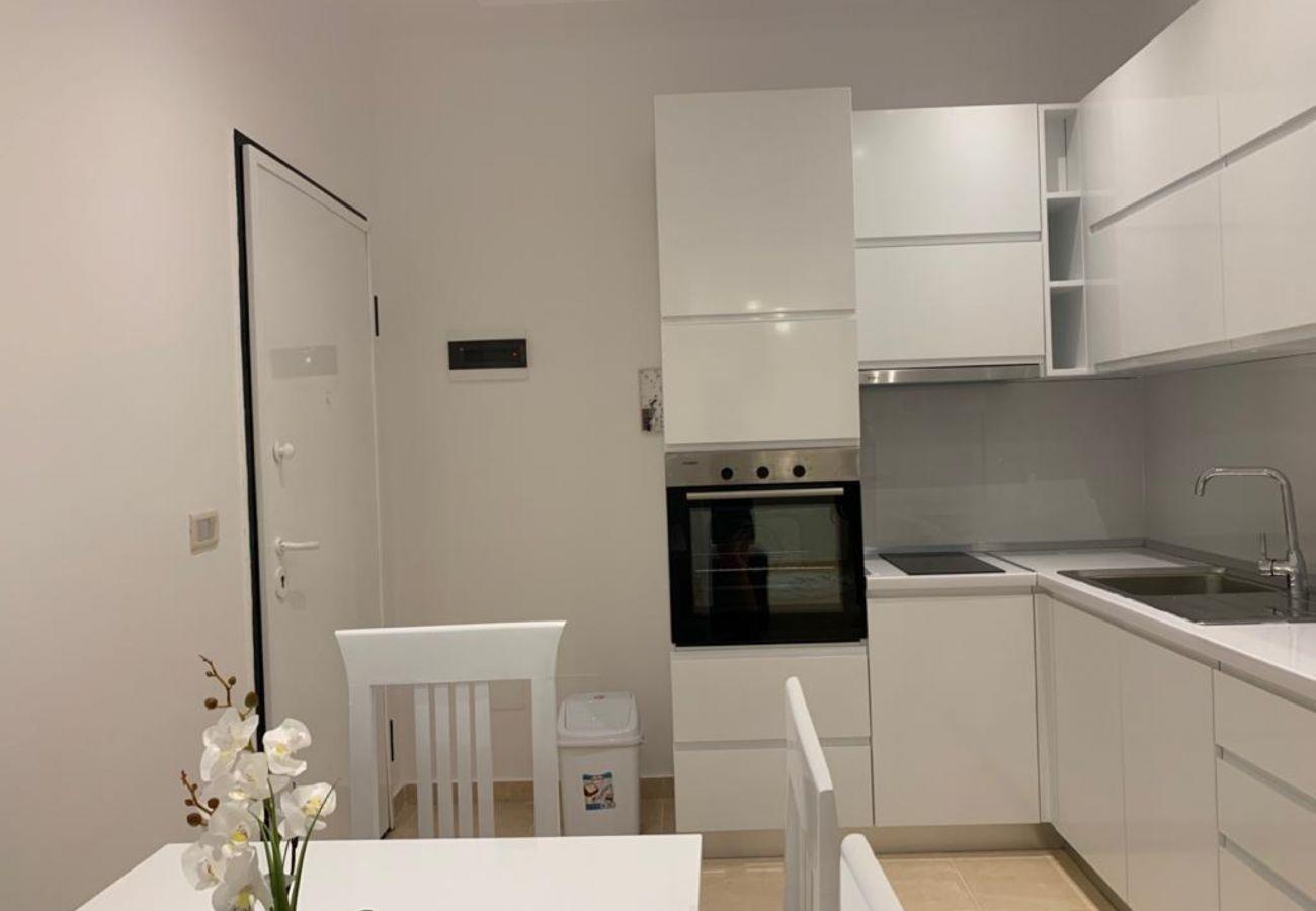 Cuisine avec table à manger dans un appartement d'une chambre à Vlora