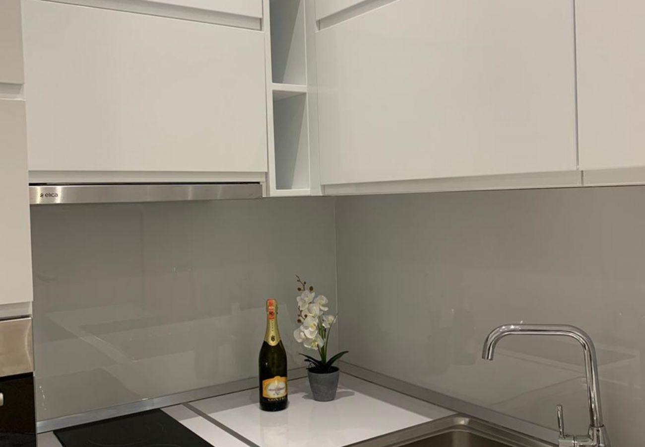 Détail de la cuisine dans un appartement d'une chambre à Vlora