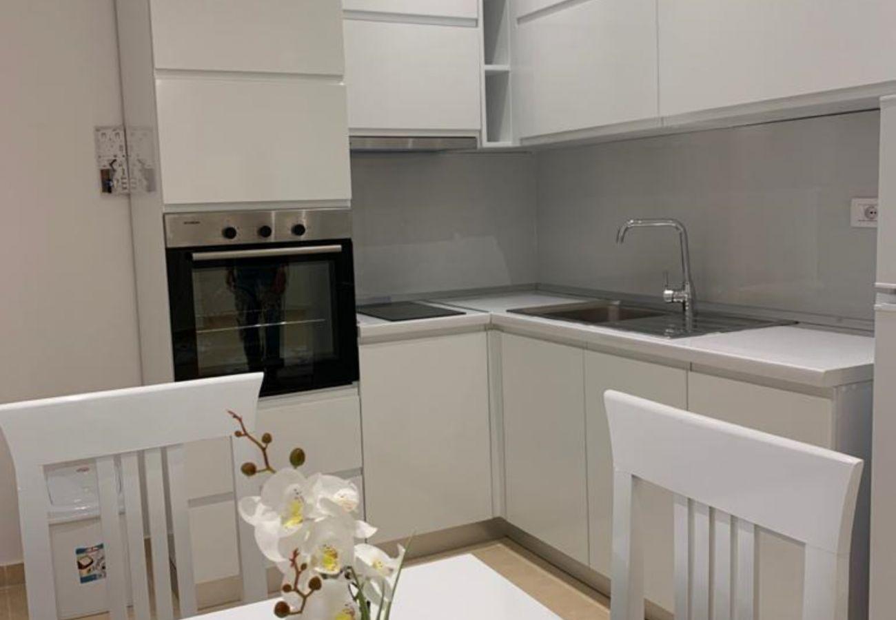 Cuisine et table à manger dans un appartement d'une chambre à Vlora