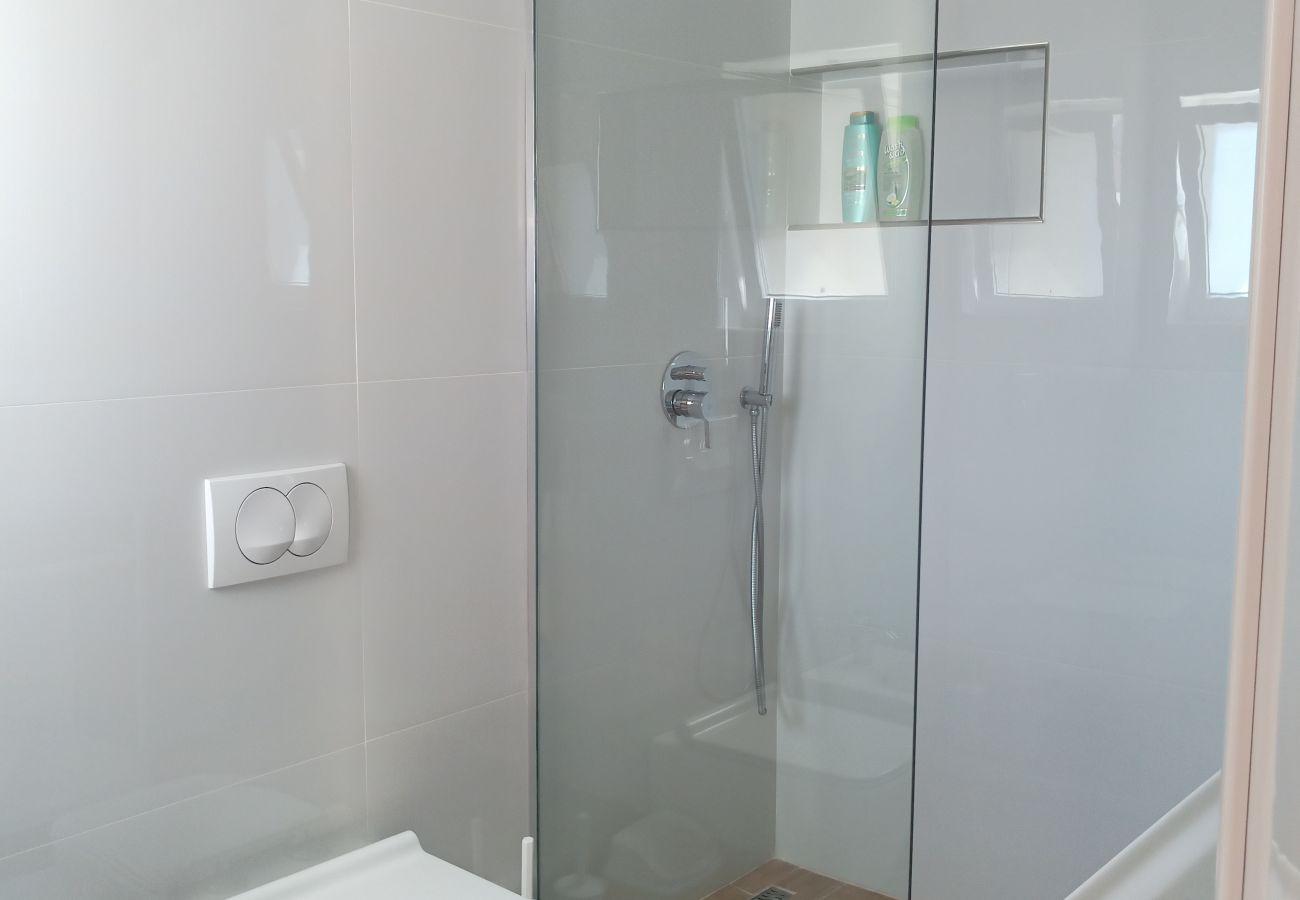 Salle de bain avec douche dans un appartement d'une chambre à Vlora