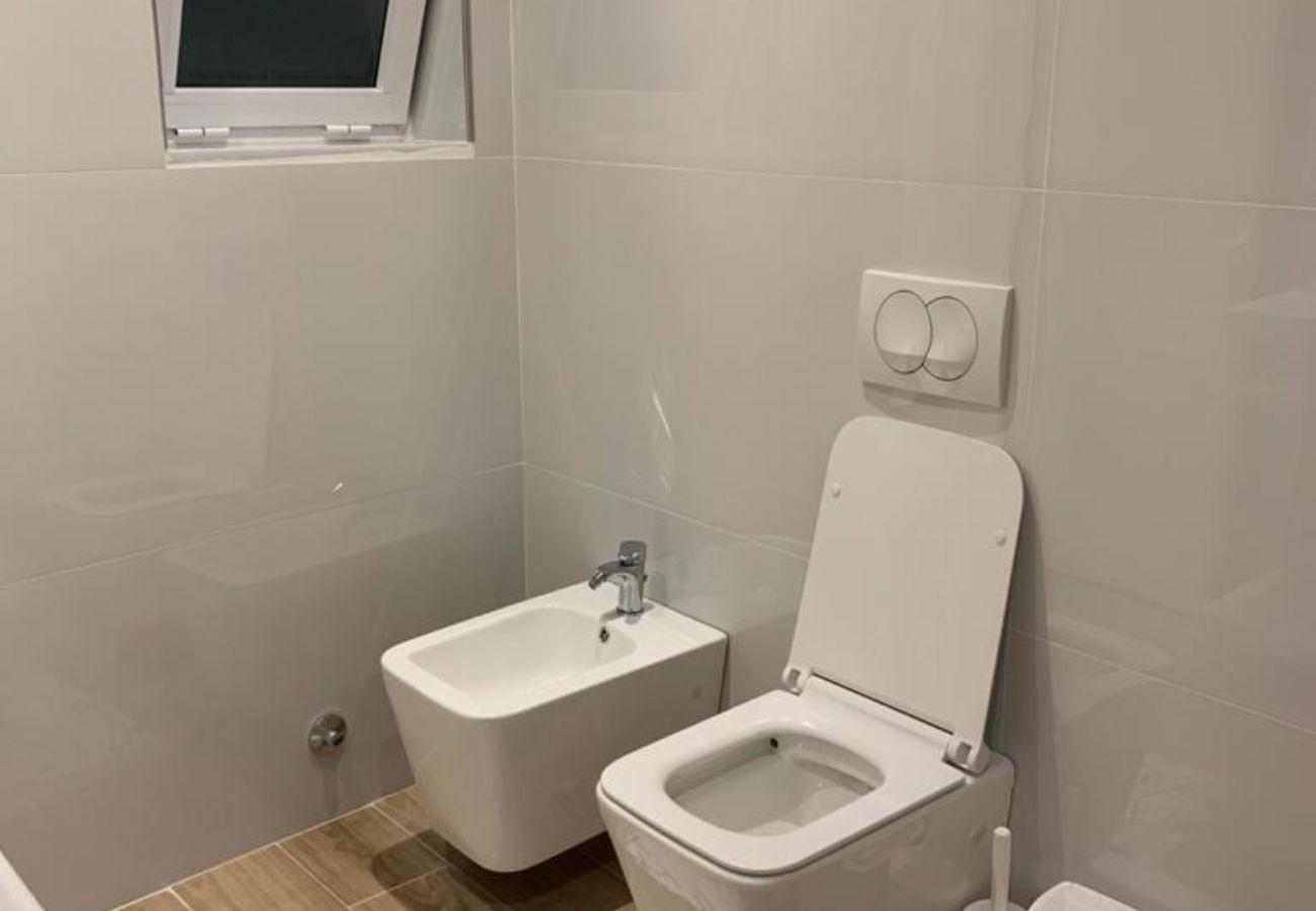 Salle de bain avec bidet dans un appartement d'une chambre à Vlora