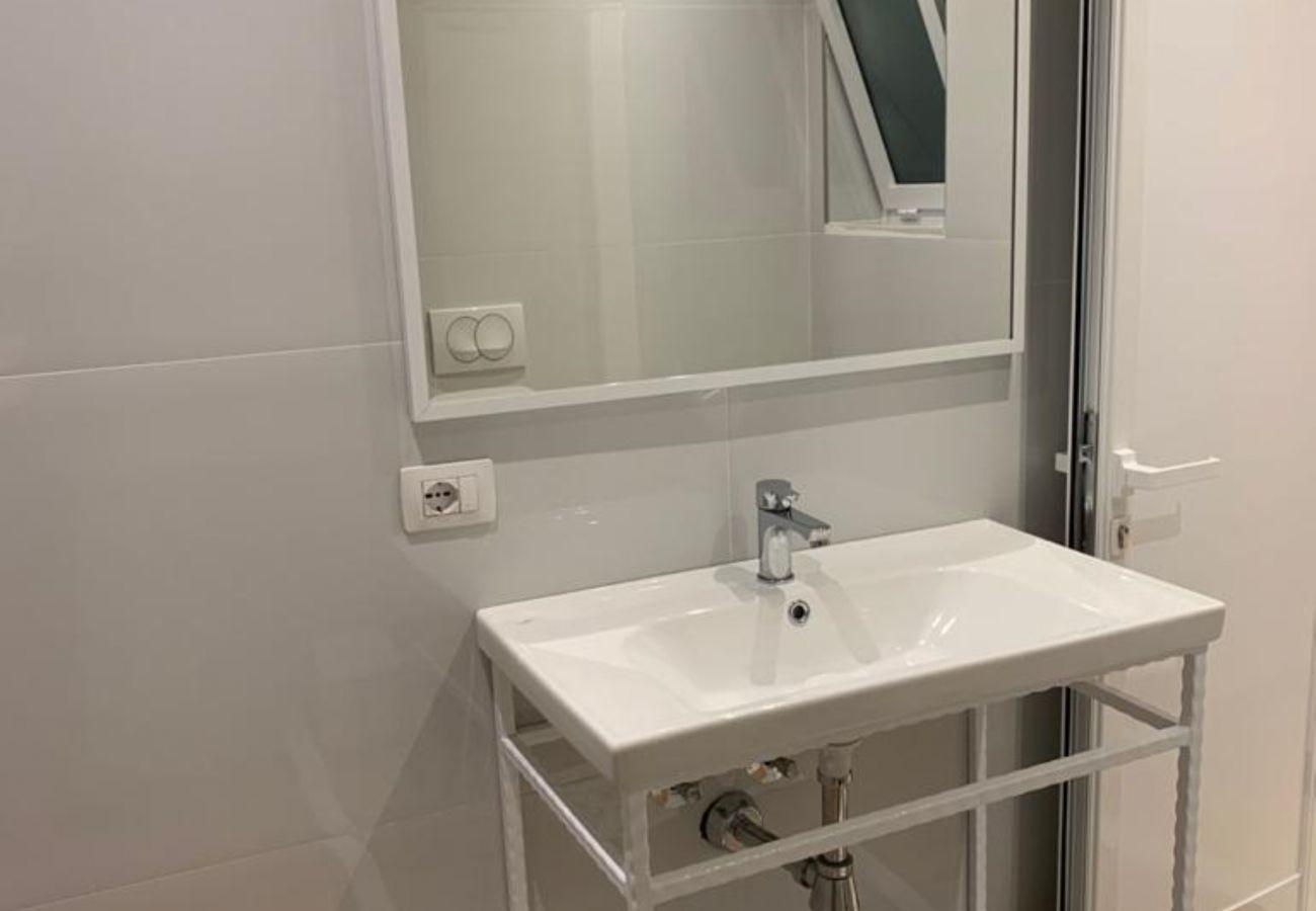 Lavabo de la salle de bain dans un appartement d'une chambre à Vlora