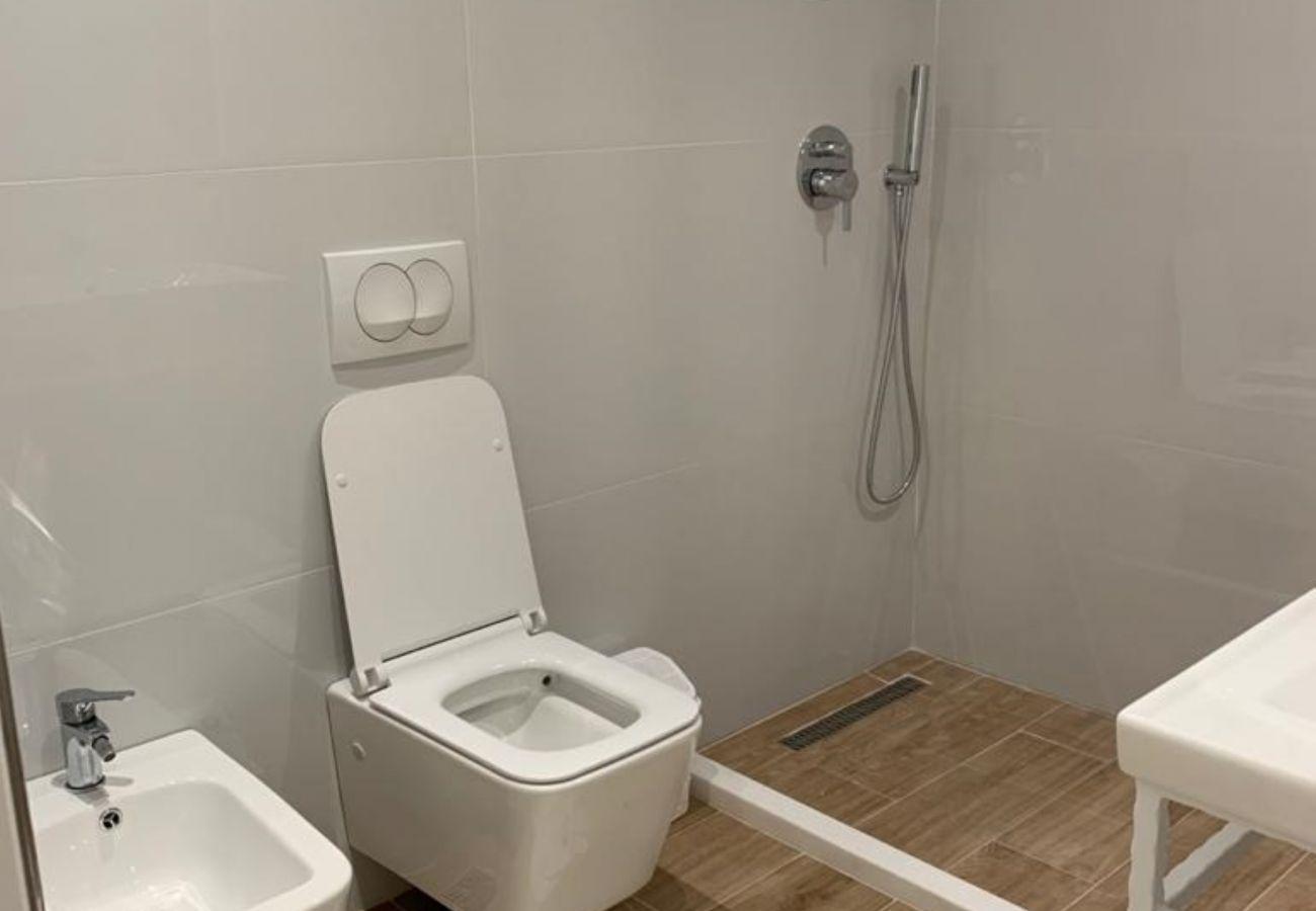 Salle de bain avec douche et bidet dans un appartement d'une chambre à Vlora